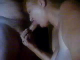Жирная зрелая домохозяйка в порно взяла в рот крепкий член и жадно отсосала