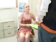 Молодая блондинка сняла на видео домашнюю мастурбацию члена озабоченного поклонника