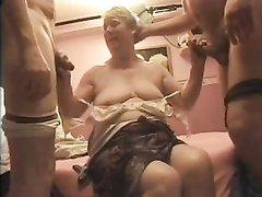 Зрелая потаскуха для секса втроём пригласила опытных и выносливых любовников