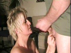 Минет от зрелой блондинки в немецком порно завершился окончанием в рот от любовника