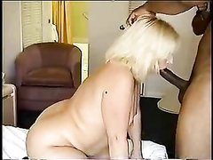 Пышная и зрелая блондинка в порно сосёт и трахается с темнокожим любовником