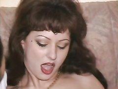 Общая любовница в чулках пришла к поклонникам для секса втроём на диване