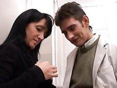 Молодой хахаль в итальянском порно лижет сладкий клитор зрелой домохозяйке