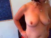Зрелая и грудастая домохозяйка в нижнем белье сняла порно с раздеванием