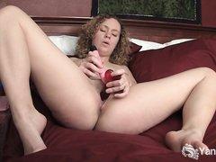 Фигуристая леди кончает от домашней мастурбации с секс игрушкой и вибратором