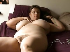 Фигуристая зрелая пышка в домашнем порно кончает от мастурбации дырочки