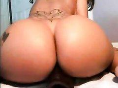 Загорелая леди с татуировкой в порно трахает киску любимой интимной игрушкой