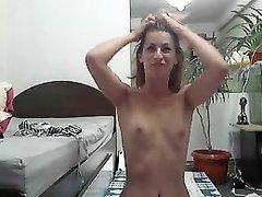 Любовница с маленькими сиськами обожает оральный секс и жадно отсасывает член