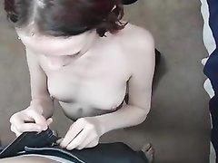 Худая проститутка с бритой киской позволила во время домашнего секса кончить внутрь
