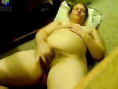 Волосатая толстуха для видео пытается кончить от домашней мастурбации