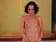 Вибратор помогает зрелой домохозяйке мастурбировать мокрую киску в порно