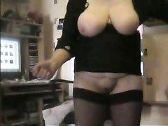 Пышная и зрелая дамочка дрочит клитор и член супруга в любительском видео