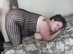 Толстая любительница БДСМ в порно трахается на карачках в эротическом костюме