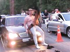 К владельцу крутого авто подкатила смуглая красотка и бесплатно показала стриптиз