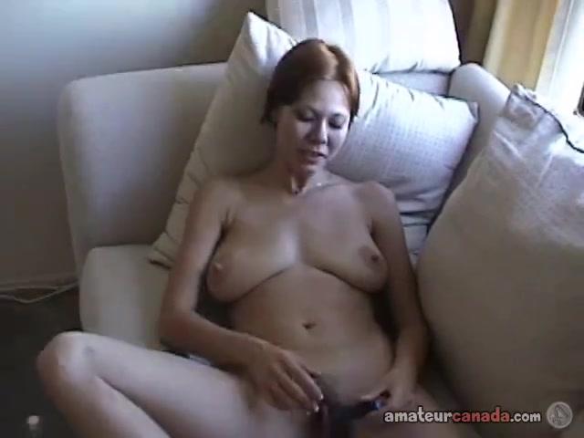 Грудастая домохозяйка разделась для видео и дрочит волосатую киску на диване