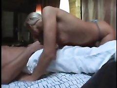 Русскую блондинку в домашнем порно трахают в рот и мокрую киску в разных позах