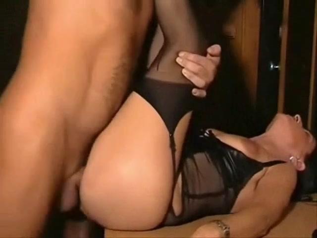 Порно ебет взрослую брюнетку