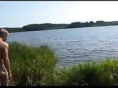 На берегу пруда влюблённая пара снимает порно с минетом на пляже и в салоне авто