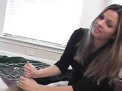Покорный мужик в домашнем порно показывает фетиш к ногам сладкой госпожи