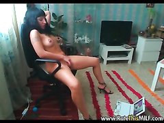 Сексуальная брюнетка сидя на кресле стонет от домашней мастурбации сладкой киски