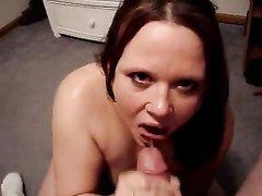Проститутка в видео от первого лица чеканит домашний минет и дегустирует сперму