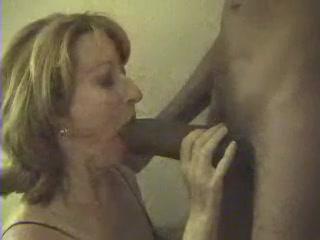 Зрелая француженка в межрассовом порно делает домашнюю глубокую глотку негру