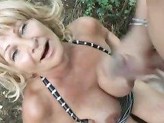 В лесу зрелая и влажная блондинка снялась в интимном видео с молодым любовником