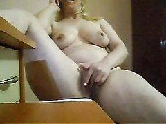 Зрелая турецкая дама в порно болтает по телефону во время домашней мастурбации