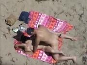 Русская красотка на песчаном пляже балдеет от секса с энергичным любовником