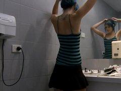 Любительская мастурбация крашеной красотки снимает скрытая камера в ванной