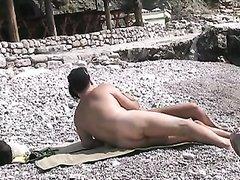 Парочка любовников на морском пляже снята на видео во время дружеского интима
