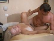 В горячем видео зрелая блондинка в постели отдаётся молодому любовнику