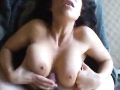 Брюнетка в порно от первого лица сосёт и лижет член любовника и подставляет киску