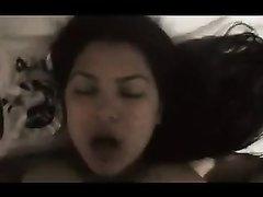 Смуглая и грудастая филиппинка в домашнем порно берёт в рот и прыгает на члене