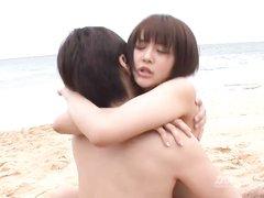 Японка на пляже не отказала пылкому любовнику в сексе под открытым небом