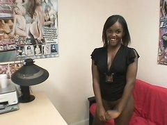 Фигуристая негритянка на собеседовании делает домашний минет белому шефу для видео