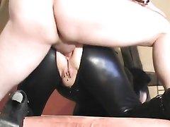 Надев латексный костюм зрелая любовница встала на карачки для анального секса