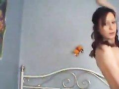 Домашний стриптиз от мокрой британки в чулках и нижнем белье снят на видео