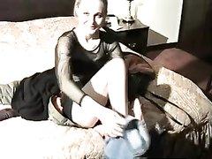 Молодая и одинокая леди использует секс игрушку для любительской мастурбации