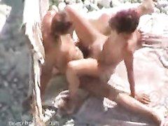 Влюблённая пара трахаясь на песчаном пляже снялась в порно с подглядыванием