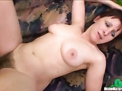 Студент в порно трахает в рот зрелую домохозяйку и сажает на член волосатую киску