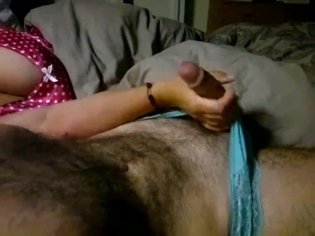 Жена нежно мастурбирует член волосатому супругу в любительском порно