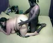 Белая толстуха в домашнем порно встала на карачки перед опытным негром