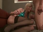 Фигуристая зрелая блондинка в чулках удостоилась лучшего любительского секса