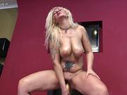 Татуированная зрелая блондинка в домашнем порно трахает киску деревянной битой
