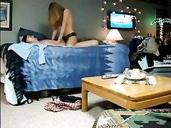 Грудастая проститутка в любительском видео удовлетворила клиента в постели