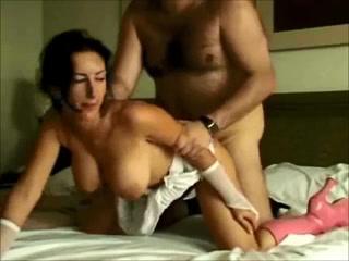 Загорелая испанка в розовых сапогах в видео трахается со зрелым любовником