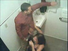 Оральный секс с покорной любовницей сосущей член снимает скрытая камера в ванной
