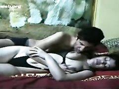 Зрелая и смуглая красотка в турецком домашнем порно отдалась молодому соседу