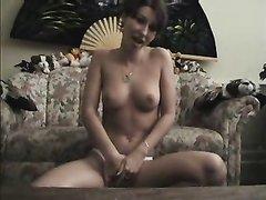 Красотка на видео камеру затеяла домашнюю мастурбацию мокрой дырочки
